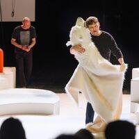 """Bild von Christian Hempel, mit dem Eisbären tanzend im Theaterstück """"Chinchilla Arschloch, waswas"""""""
