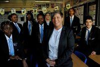 Portrait von Natalie mit Schüler*innen, die den Europäischen-Stigma-Award erhielt
