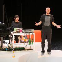 """Bild von Benjamin Jürgens und Barbara Morgenstern im Theaterstück """"Chinchilla Arschloch, waswas"""""""
